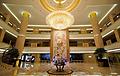 酒店大堂水晶灯凸显出柔和的线条