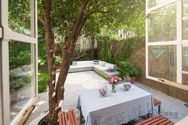 花园太阳能灯提高环境的亮丽感